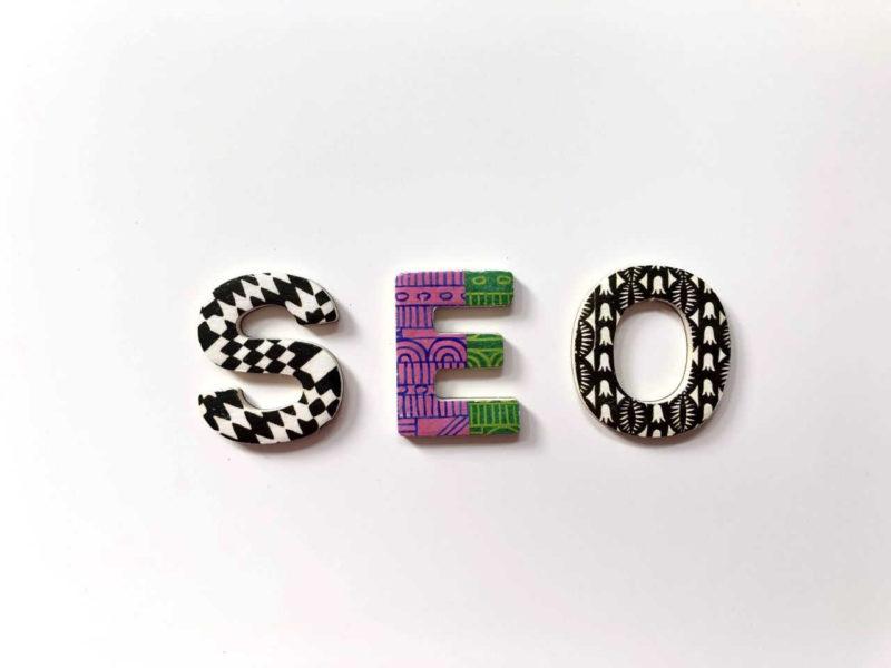 lettres formant le mot SEO (référencement sur internet)