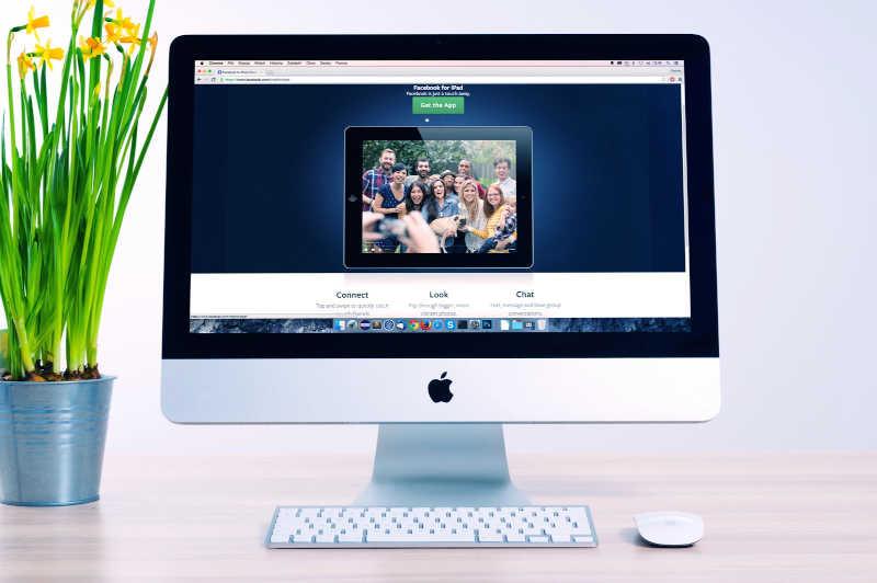 Ecran avec site internet affiche